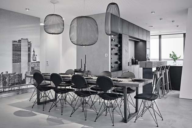 Jídelní stůl z trámů s ocelovou podnoží zajistí pohodlí až deseti osobám. Je doplněn drátěnými židlemi (Vitra). Osvětlení (Foscarini) dokonale koresponduje s materiálem židlí. Vestavěná svítidla nesou značku Delta Light