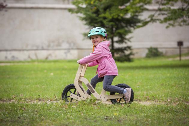 Jiřího Marjána, který se celý profesní život pohybuje v oblasti českého designu a volný čas tráví na kole či ve světě cyklistiky, před mnoha lety – s příchodem dcery Josefíny – napadlo přenést své letité zkušenosti do nového oboru. Výsledkem jsou moderní hračky pro zdravý pohyb dítěte.