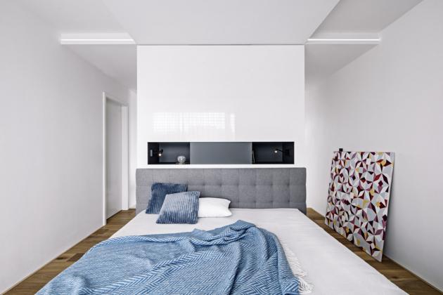 Ložnice neobsahuje žádné rušivé elementy, slouží výhradně odpočinku, jediným rozptýlením je tu obraz od Mgr. Art. Daniely Mihaličové