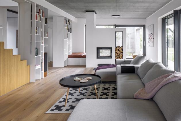 Autorem obrazů v obývacím pokoji a jídelně je Michal Hazior
