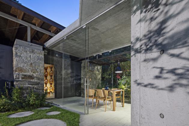 Ústředním konstrukčním materiálem stavby je pohledový beton Easycrete od firmy Českomoravský beton, z něhož je celá přístavba odlitá