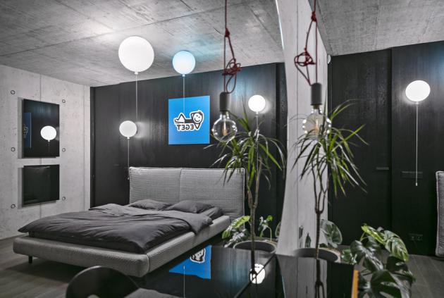 Ložnici osvětlují efektní svítidla Memories (Brokis), navržená Borisem Klimkem