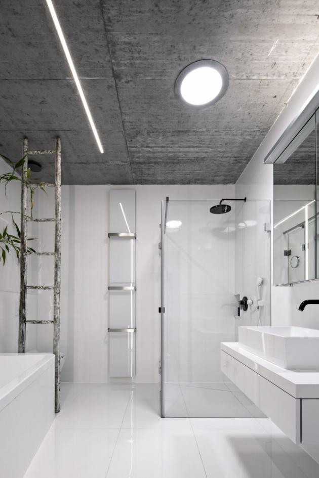 Koupelna je bez oken pod úrovní svahu, proto je vybavena světlovodem Lightway