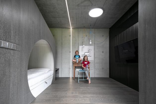 Nábytek v dětském pokoji zhotovili na míru z lakované dýhy ve stolařství Jurečka