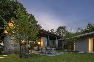 Parcela velká 4 300 metrů čtverečních umožnila vznik atraktivního a mnoha cenami ověnčeného domu