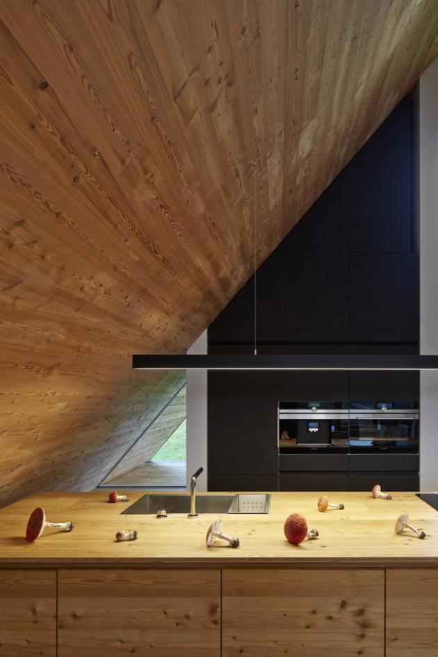 Kuchyni podle návrhu architekta Pavla Míčka vyrobilo studio Akrees (www.akrees.com), vybavení spotřebiči značky Siemens