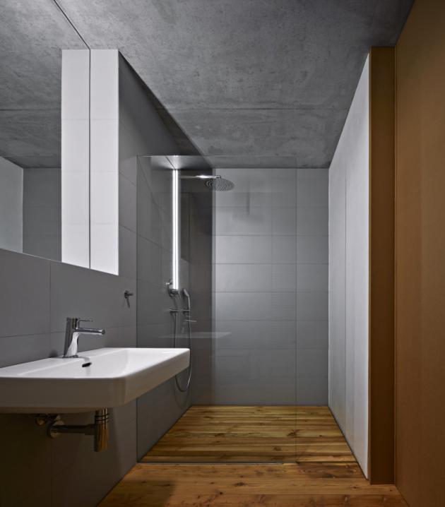 Obložení stěn a podlahy v koupelně neruší celkový ráz a výběr materiálů. Sanitární techniku autor vybíral v sortimentu výrobce Laufen (www.laufen.cz)