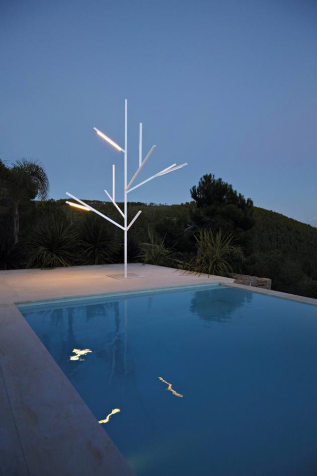 Stojací lampa Blau Tree (Gandia Blasco), design Fran Silvestre, lakovaný hliník, IP67, výška 139, 219 a 324 cm, cena od 42 030 Kč, WWW.GANDIABLASCO.COM