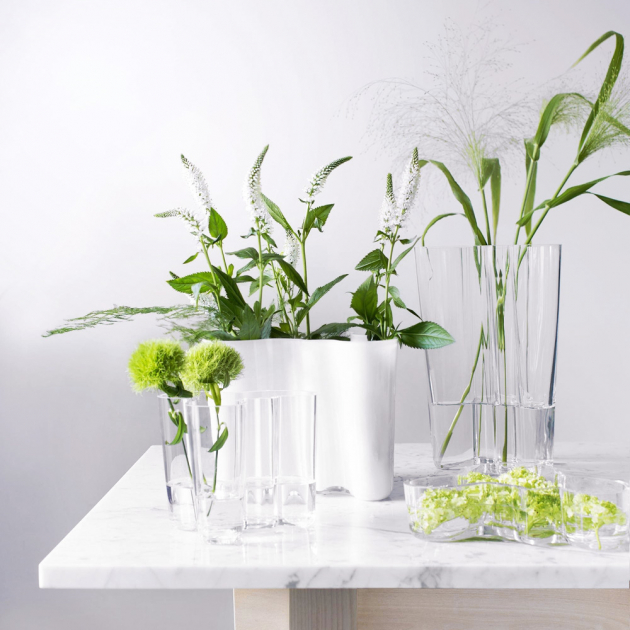 Vázy Savoy (Iittala), design Alvar Aalto, ručně foukané sklo, více barev i rozměrů, čirá, výška 16 cm, cena 4 200 Kč, WWW.ARKI.CZ