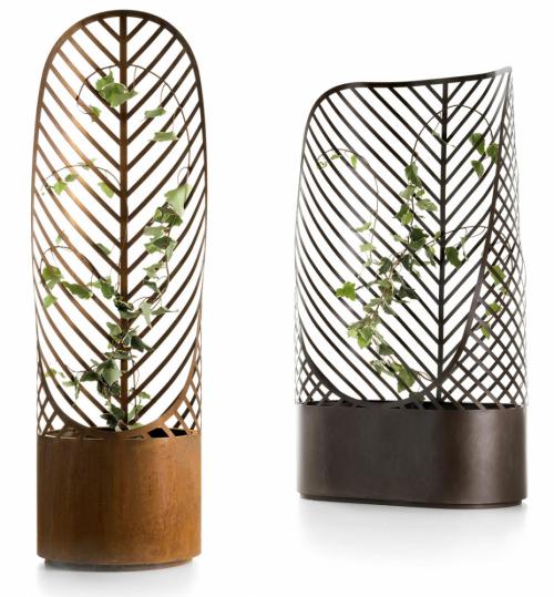 Květináče Screen Pot (De Castelli), design Francois Clerc, laserem řezaná ocel, cor-ten, voskovaný cor-ten, bronzovaná nerezová ocel, lakovaná ocel v odstínech RAL, vytvářejí oporu rostlině i praktickou mobilní zástěnu, chrání před větrem, 88,5 × 44 × 146 a 44 × 44 × 146 cm, cena na dotaz, WWW.DECASTELLI.COM