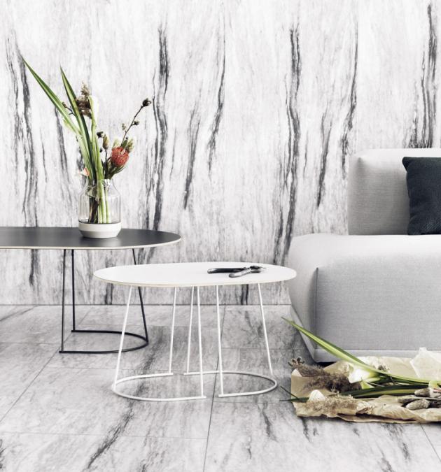Váza Elevated (Muuto), design Thomas Bentzen, lakované jasanové dřevo, ručně foukané sklo, víc barev, 21,9 × 16,7 cm, cena od 2 683 Kč, WWW.STOCKIST.CZ