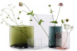 Vázy Ruutu (Iittala), design Ronan a Erwan Bouroullecovi, sklo, více barev i rozměrů, zelená, 20,5 × 18 cm, cena 5 300 Kč, lososová, 11,5 × 14 cm, cena 3 550 Kč, WWW.TERVE.CZ