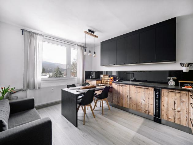 Příjemným prvkem obytné kuchyně je okno s výhledem na šumavskou přírodu. Důležitou součástí, kterou rodina hojně využívá, je sedačka