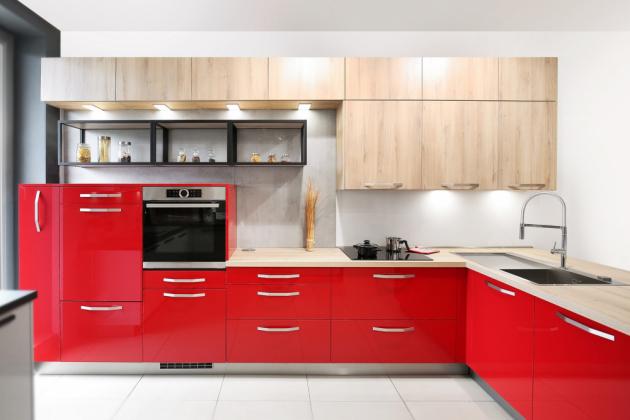 Výrazné barvy, jako je například červená nebo ostřejší zelená, je třeba utlumit nějakým neutrálním tónem. Optimální jsou různé odstíny bílé nebo šedé, která působí moderněji. Barevné plochy také příjemně zateplí dekor dřeva