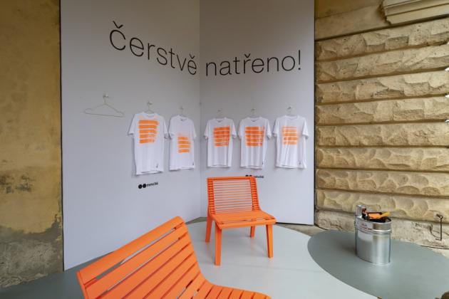 Autory lavičky Emau jsou designéři David Karásek a Viktor Šašinka.