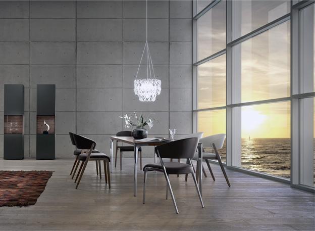 Stůl T70 a židle HS500 (hülsta), design Martin Ballendat, ořech, leštěný hliník, antracitový lak, 140 až 300 × 80 až 120 cm, cena stolu od 82 365 Kč, cena židle od 17 289 Kč, WWW. HOMESTYLE. CZ