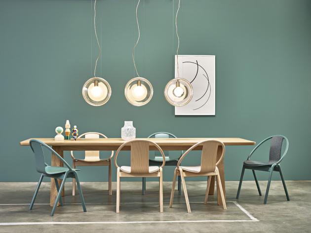 Stůl Stelvio (TON), design Alex Gufler, buk, více rozměrů, cena 39 330 Kč, židle Again (TON), design Alex Gufl er, ohýbaný bukový masiv, překližka, stohovatelná, lze i čalounění, více barev, cena 9 380 Kč, WWW. TON. EU