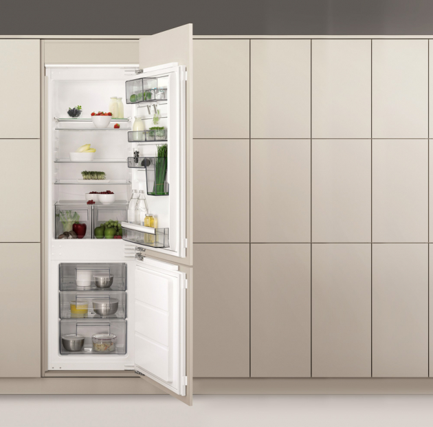 Vestavná chladnička kombinovaná s mrazákem SCB61824LF (AEG), CustomFlex, vnitřní LCD displej, Frostmatic, cena 21 165 Kč, WWW.AEG.CZ