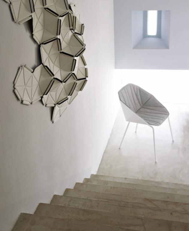 Nástěnná, různě tvarovatelná dekorace Cloud (Ligne Roset), design Ronan a Erwan Bouroullecovi, každý kus je dvoubarevný, textilie spojená elastickou stuhou, více barev, systém na upevnění na stěnu je součástí, balení po 8 či 24 ks, cena 38 284 Kč/24 ks, WWW.LIGNE-ROSET.COM