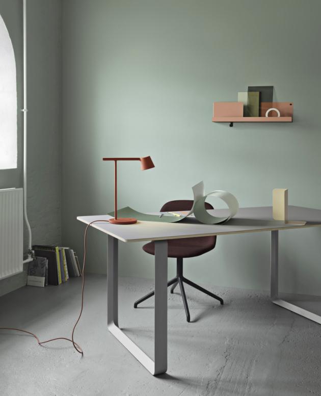 Stolní lampa Tip (Muuto), design Jens Fager, litý a extrudovaný hliník, více barev, 1× LED 7W, cena 7 291 Kč, WWW.STOCKIST.CZ