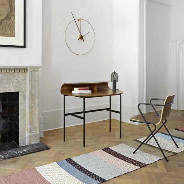 Stůl Roll (Ligne Roset) určený ženám, design Mario Ferrarini, ořechová dýha, lakovaná ocel, kabelový port na zadní straně, vhodný také jako konzolový stolek, 102,5 × 90 × 66,5 cm, cena 25 772 Kč, WWW.LIGNE-ROSET.COM