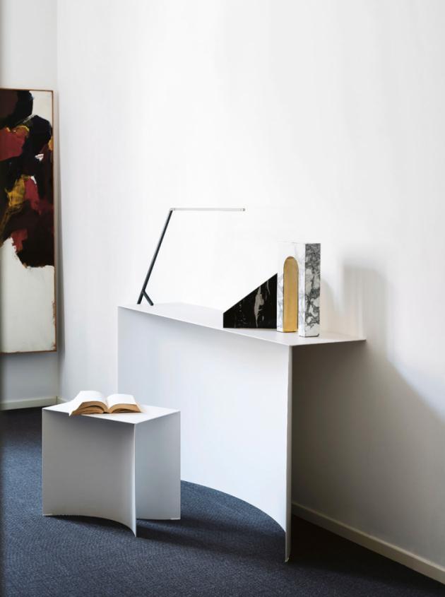 Konzolový stolek Void (Desalto), design Guglielmo Poletti, lakovaná ocel, 150 × 35 × 80 cm, cena 68 505 Kč, WWW.STOCKIST.CZ
