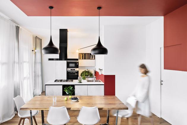 Jídelní stůl ve stylu vintage svou záměrně opotřebovanou deskou příjemně kontrastuje s minimalistickým pojetím kuchyně