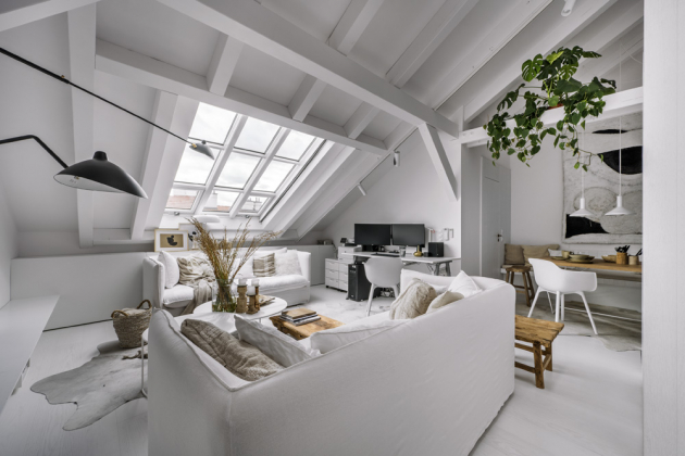 Pod okny jsou na míru zhotovené nábytkové moduly, které slouží k uložení lůžkovin, studijních potřeb a kryjí i radiátor. Polyetylenovou židli je možné v případě potřeby využít u jídelního stolu. V kovovém truhlíku zasazeném mezi trámy si tu spokojeně lebedí zelené rostliny