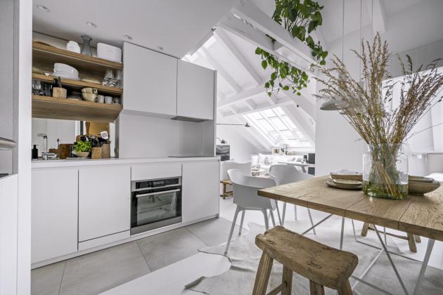 Kuchyň je plně vybavena všemi spotřebiči. Trouba je záměrně posazena níž k podlaze, aby bylo možné do sestavy nábytku začlenit aspoň jednu zásuvku pro příbory