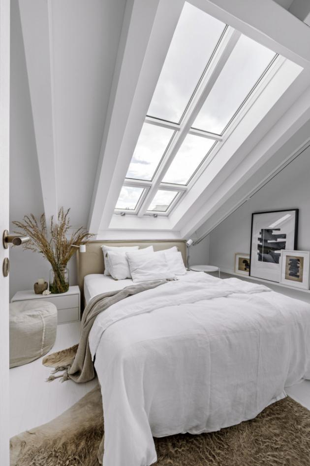 Rozměry malé ložnice dostatečně vyhoví svému účelu. Je vybavena čalouněným lůžkem (160 × 200 cm, Gervasoni). Podporu obrazům zajišťuje tenká lišta (IKEA). Stejnou značku nesou lampičky i noční stolky. Odtud lze vstoupit do hlavního úložného prostoru interiéru – šatny