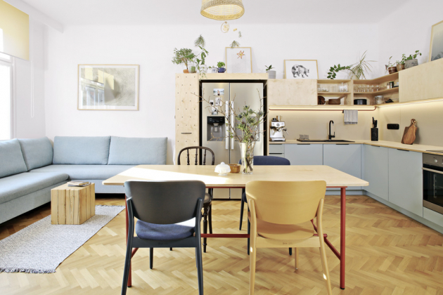 Kuchyň je vyrobená na zakázku. Je zhotovená z překližky a modrého lamina, které je z praktických důvodů použité na spodních skříňkách