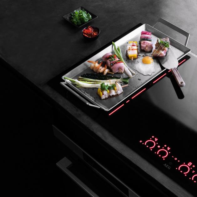 Indukční varná deska IKE64471FB (AEG), funkce FlexiBridge a technologie Hob2Hood, cena 19 490 Kč, WWW.AEG.CZ