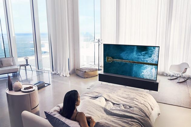 "Rolovací televizor OLED TV 65RX (LG), 65"", cena na dotaz, WWW.LG.COM Foto popis  Otočný televizor The Sero QE43LS05TA (Samsung), 43"", cena 39 990 Kč, WWW.SAMSUNG.COM"