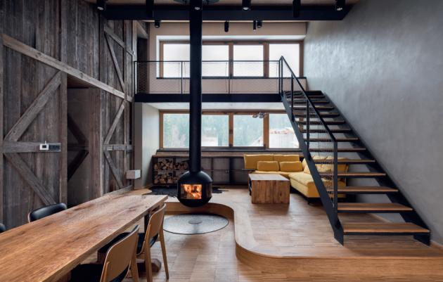 Na místě bývalého uhelného dolu v oblíbeném rekreačním středisku Harrachov vyrostl bytový projekt podle návrhu studia Kvalitář. Interiéry víkendových luxusních apartmánů v nejvyšších patrech domu jsou dílem architekta Jiřího Dohnala.