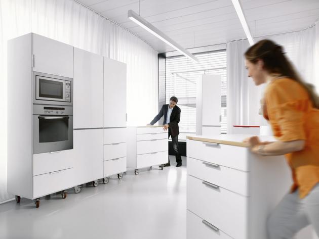 Služba Kuchyň na zkoušku vám přímo v showroomu BLUM umožní postavit vaši novou kuchyň v životní velikosti. Vyzkoušíte si, zda je vše v dosahu a na místě, kde to má být