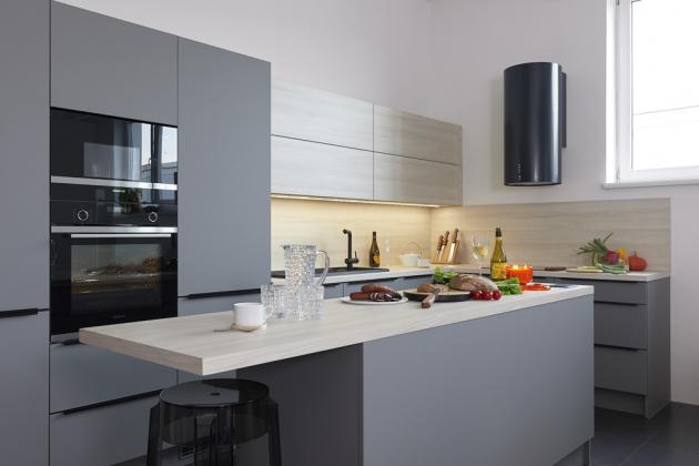 Kuchyňská sestava zhotovená na zakázku (JN Interiér) s efektním matným povrchem v šedé barvě v kombinaci s dekorem světlého dřeva, WWW.JNINTERIER.CZ