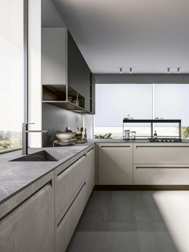 Kuchyňská sestava Tekna (Arredo3) v provedení imitace betonového povrchu ve světle šedé barvě. Tmavě šedá pracovní deska s integrovaným dřezem je z umělého kamene, WWW.ARREDO3.CZ
