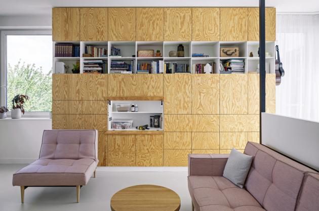 Vestavěný nábytek v designu architektů Markéty Zdebské a Marka Žáčka je bíle lakovaný v kombinaci s borovou překližkou a barevnými akcenty. Na míru ho zhotovila firma Devoto. Poskytl dostatek úložného místa