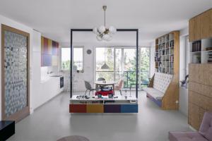 Kromě nových dubových parket v ložnicích je podlaha interiéru ošetřena PUR stěrkou v pískovém odstínu