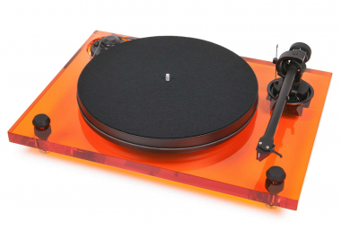 Gramofon 2Xperience Primary Acryl (Pro-ject) z limitované edice, řemínkový náhon, karbonové rameno, talíř s antirezonanční sendvičovou konstrukcí pokrytou vrstvou vinylu, cena 25 990 Kč, WWW.PROJECT-AUDIO.COM