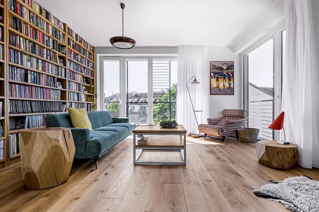 Lehátko Hamptons od Adolfa Loose kraluje ve společenství retro lampy a obrazu nahlížejícího do tančírny Century v Seattlu od autorky Willow Bader. Rustikální dřevěná podlaha z prken je vyskládaná podélně, aby prostor opticky ještě víc prodloužila