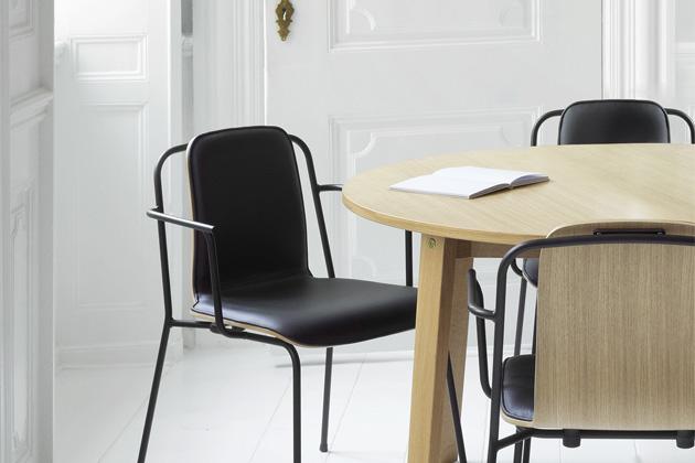 Jako črty tlustým černým fixem působí konstrukce židlí Studio (Normann Copenhagen).