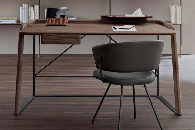 Designér Mauro Lipparini se rozhodl parafrázovat klasický psací stůl avznikla Scriba (Bonaldo).