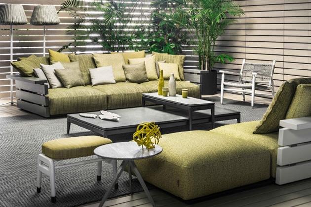 Venkovní pohovka Ontario (Flexform) rozvíjí svůj potenciál prostřednictvím mimořádně kvalitních materiálů. Konstrukce z masivních lamel dřeva iroko v kombinaci s potahy z hutné tkaniny s hmatatelnou strukturou odolávající slunci i dešti zaručují, že sofa si uchová svou eleganci po mnoho let. Design Antonio Citterio, cena 353 978 Kč, WWW.STOCKIST.CZ