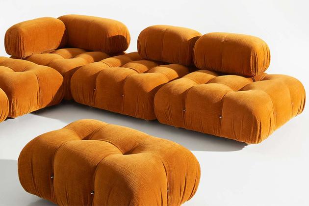Reedice slavného sofa Camaleonda (BB Italia), které navrhl Mario Bellini vroce 1970, nabízí více pohodlí, flexibility ijemně aktualizované l