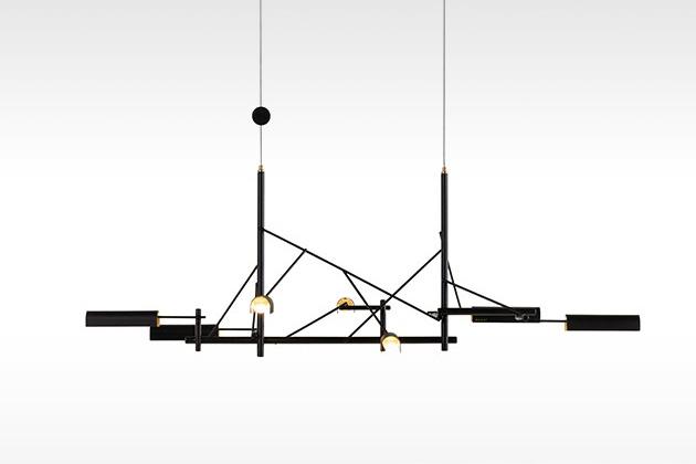 Designér Joost van Bleiswijk strávil hodiny skládáním rytmických instalací, když hledal neobvyklý způsob zachycení a odrazu světla. Výsledkem je závěsné svítidlo Tinkering (Moooi), které svou konstrukcí připomíná víc sofistikované umělecké dílo než praktické osvětlení. Ve skutečnosti se mu daří být obojím stejně… Šířka 85 a 140 cm, cena od 49 290 Kč, WWW.BULB.CZ