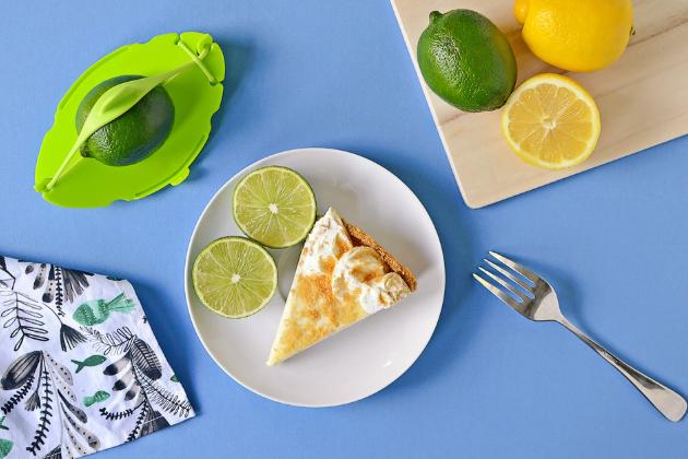 Flexibilní šetřič potravin Saver (Dreamfarm), plast / silikonový pásek, různé barvy, 14,7 × 10,4 cm, cena 449 Kč, WWW.FRUUGO.CZ