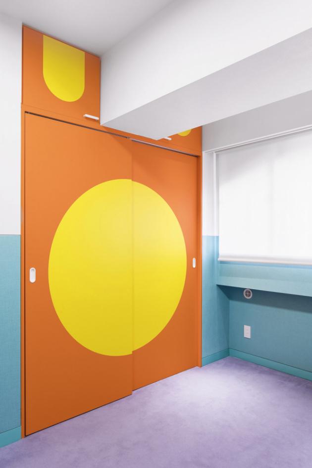 Každý z pokojů pro hosty je vybaven rozměrnou vestavěnou skříní v pestrobarevném geometrickém provedení