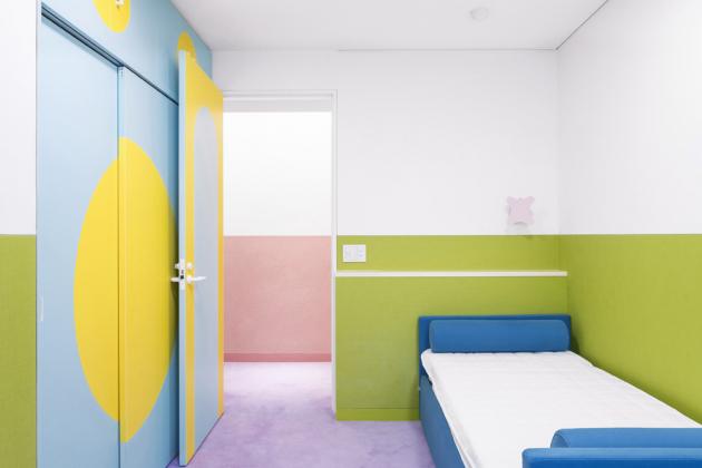 Jednotlivé pokoje pro hosty se liší pouze použitou paletou barev – jinak jsou naprosto totožné