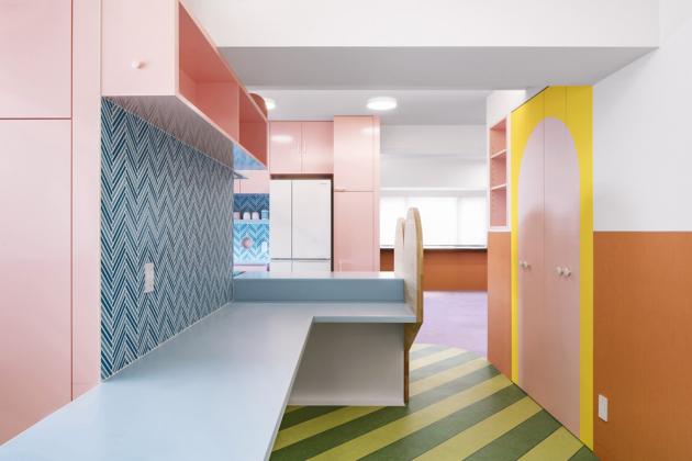Výškové rozdíly na stropě nenápadně stírá bílá strukturovaná tapeta, kterou je strop v celém bytě pokryt. Kromě toho se navíc oči návštěvníků zpravidla soustředí na zářivé barvy v nižších úrovních